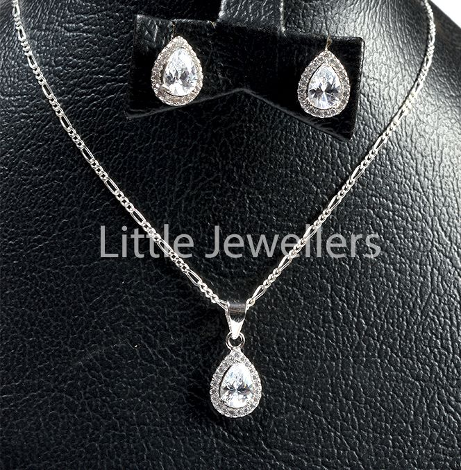 This impressive necklace & earrings set adds an eye-catching sparkle to any outfit.